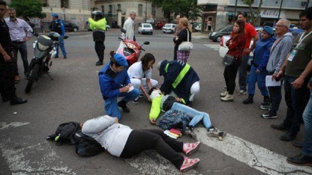 Un conductor quiso evitar una multa y atropelló a dos inspectores de tránsito