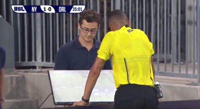 El debut. Ismail Elfath fue el primer árbitro en utilizar el videoRef en un partido de reserva de la MLS estadounidense.