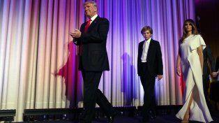 Trump se encamina a realizar su primer discurso acompañado de su hijo Barron y su esposa Melania.