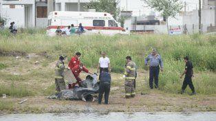 Bomberos y policías de Roldán rescatan el cuerpo de la víctima