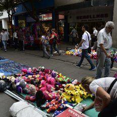 La falta de inspectores hizo que la peatonal Córdoba se convierta en un mercado persa.