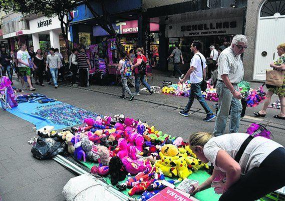 con otra fisonomía. Los vendedores informales se adueñaron ayer de la peatonal Córdoba. Hubo doble fila de puestos desde San Martín hasta Corrientes.