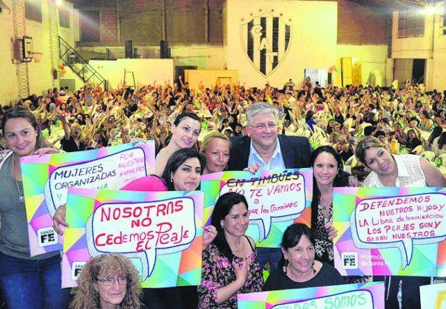 Acto. Las mujeres de Timbúes apoyan el reclamo de Amaro González.