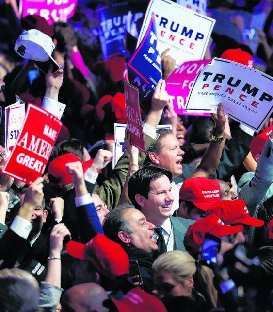 público. Los seguidores de Trump celebran en la madrugada del miércoles.
