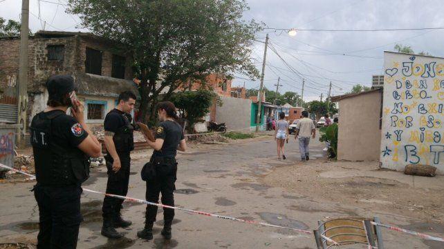 La policía acordonó el lugar donde se registró el tiroteo