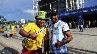 Hinchas de Brasil y Argentina confraternizan frente al Mineirão