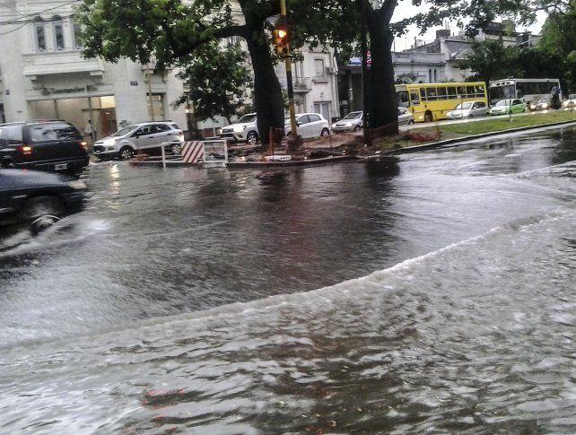 La capital santafesina sufrió un fuerte temporal y granizó en el centro de la provincia
