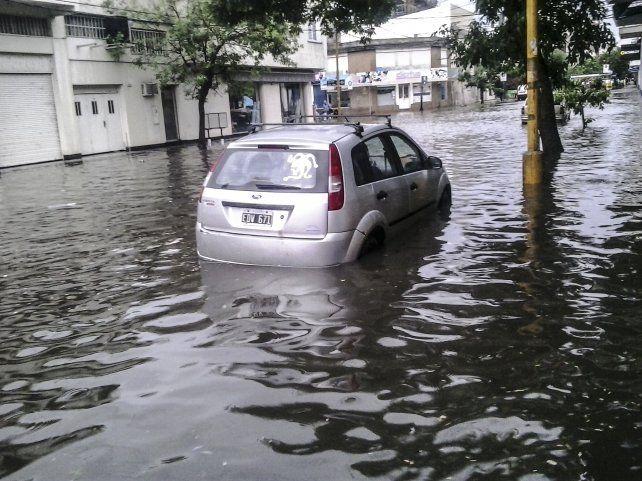 La importante caída de agua caída sobre la ciudad anegó las calles de Santa Fe. (Fotos: gentileza Uno de Santa Fe)