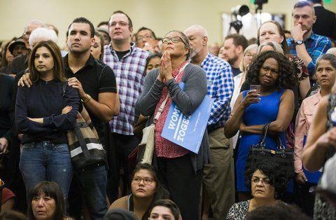 desolación. Militantes demócratas sufren la derrota durante la larga noche del martes en Phoenix
