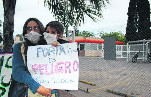 porta hermanos. Los vecinos del barrio Inaudi protestan contra la planta.