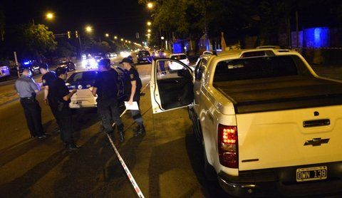 en la luneta. Dos balazos calibre 9 milímetros perforaron el vidrio trasero de la Chevrolet S-10 de Cristian DAmico.