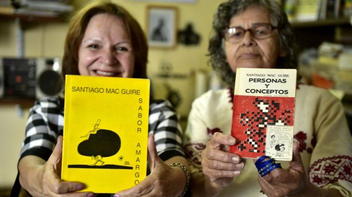 Beatriz Silva e Inoe Torres sostienen los libros que escribió Mac Guire. Estuvieron en los inicios de la Itatí.