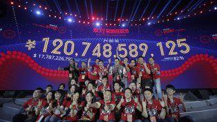 Trabajadores de Alibaba posan junto al cartel que marca la cifra de ventas.