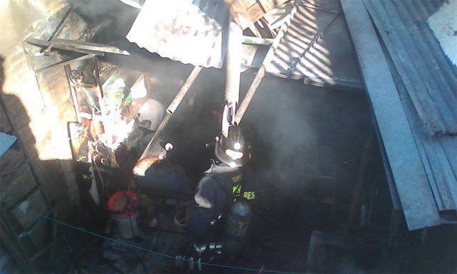 Una dotación de Bomberos Zapadores extinguió las llamas en la vivienda.