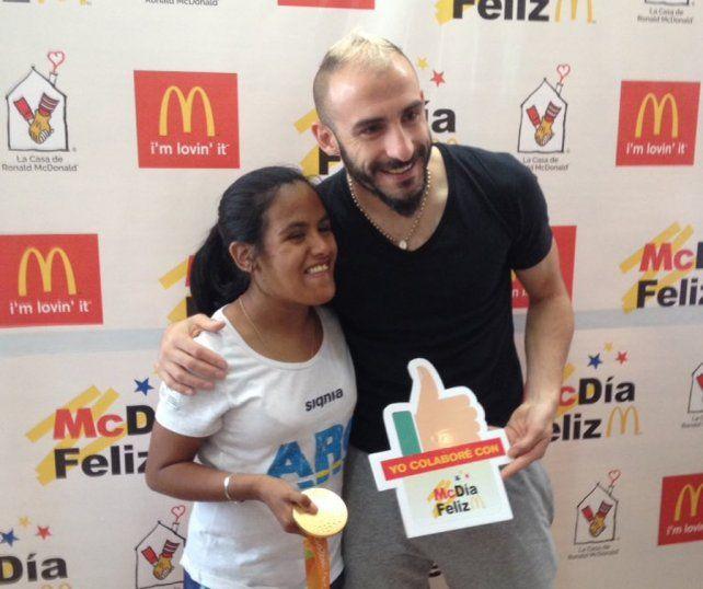 Yanina Martínez y Pinola posaron para las cámaras en el evento solidario.