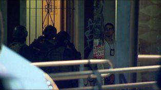 Un hombre baleó a un vecino y cuando llegó la policía se atrincheró en su departamento