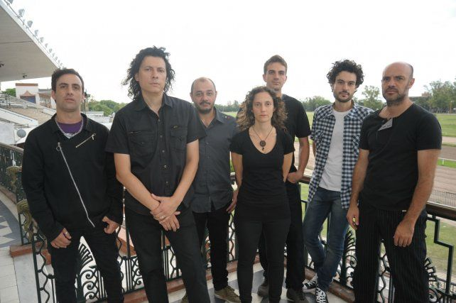 Tiempo de cambio. El grupo liderado por Martín Delgado (segundo desde la izquierda) se transformó en septeto e incorporó de forma permanente a Laura Cardini como cantante.
