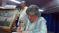 Dedicatorias. Feliz, el autor firmó ejemplares en el Centro Cultural Roberto Fontanarrosa.