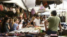 Los puestos de venta de productos son otros de los puntos fuertes de la fiesta. Muchos tienen trabajos artesanales; otros no tanto.