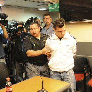 Abandona la sala. Azcona, luego de la lectura del veredicto, es retirado ayer por agentes penitenciarios.
