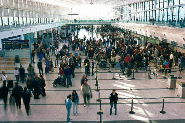 Ezeiza. La terminal aérea repleta de viajeros.