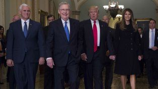 Incipiente Alianza. El vicepresidente electo Mike Pence, el líder del Senado Mitch McConnell, Trump y su esposa Melania, en el Capitolio.