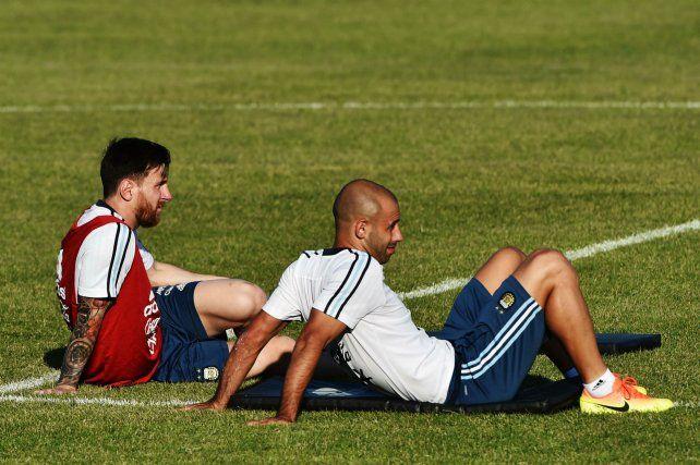 Juntos. Messi y Mascherano dieron toda una señal al preferir la permanencia en Ezeiza. Guzmán