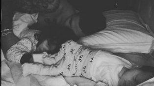 Mauro Icardi en la cama junto a sus pequeños.