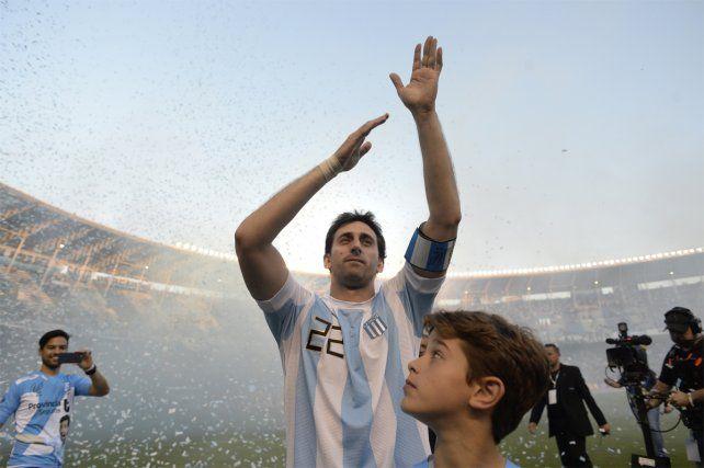 Diego Milito tuvo una emotiva despedida y los hinchas de Racing se rindieron a sus pies
