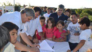 Presentes. Los funcionarios firmaron el convenio en el playón del barrio.