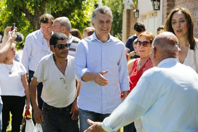 En las calles. Macri y Vidal dialogaron con los vecinos en la localidad bonaerense de Suipacha.