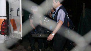 A la morgue. Los agentes de Criminalística retiran el cadáver de la vivienda ubicada en El Algarrobal.