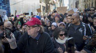 El cineasta Michael Moore se coló en la Torre Trump de Manhattan, para intentar hablar con el magnate.