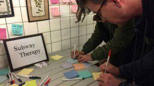 Desahogo. Decenas de papelitos de colores se pegan a las paredes del metro.