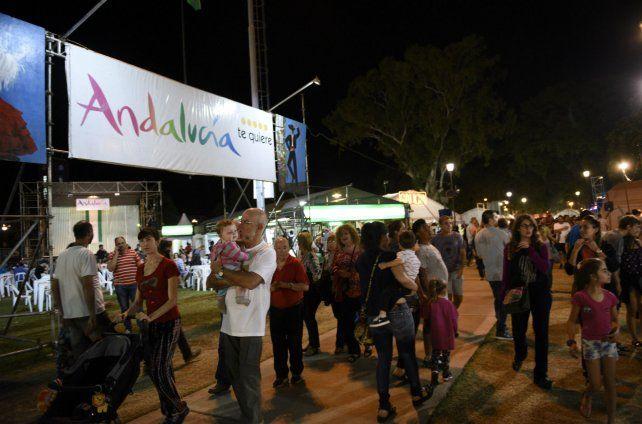 Masiva concurrencia de los rosarinos en el Encuentro Nacional de Colectividades.