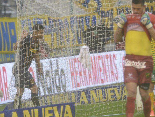 Atrapado. Teo Gutiérrez no se encuentra con la red. El aporte del colombiano hasta ahora es escaso.