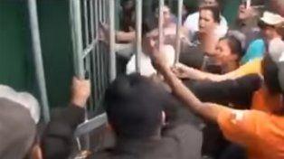 La multitud retiró al presunto violador de la cárcel y luego lo linchó y ahorcó en un árbol.