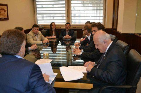 acuerdo. Lifschitz y el Leonel Maximino firman con autoridades nacionales.