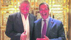 amigos. Donald Trump y Nigel Farage, a las risotadas en la Trump Tower, ayer en Nueva York.