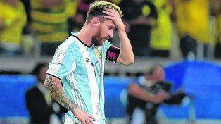 ¿Qué hice yo para merecer esto? Lionel Messi ante una nueva frustración con la camiseta albiceleste.
