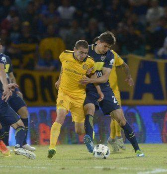 Marco Ruben disputa el balón con Santiago Vergini en el triunfo de Central por 2-1 en Copa Argentina (Foto: Sebastián Suárez Meccia/La Capital)