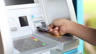 Las estafas bancarias se realizan a través de tarjetas mellizas en cajeros automáticos.
