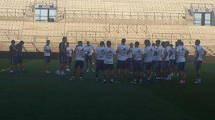 Charla. Bauza reunió al grupo antes de la práctica de ayer en el campo del Bicentenario.