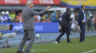 Aquí Pekerman. El DT de Colombia sabe que el partido de hoy es difícil para ambos.