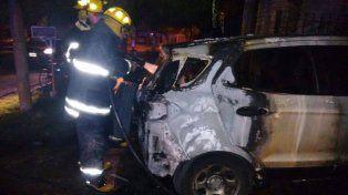 El vehículo de la periodista Gloria de los Ríos sufrió serios daños.