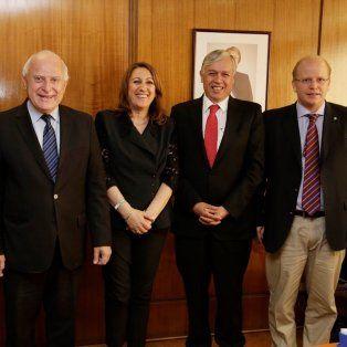 Lifschitz junto a la intendenta Mónica Fein, funcionarios de su gabinete y del gobierno de Chile durante su visita a la capital trasandina.