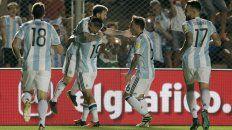 Todos los abrazos son para Lionel Messi, autor del primer gol argentino.