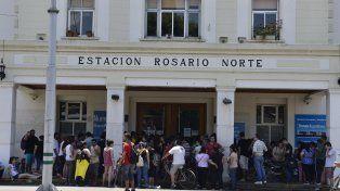 Locos por un pasaje. Ayer hubo largas colas en Rosario Norte.