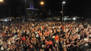 Masividad. El escenario central congregó a miles de personas que despidieron el encuentro.