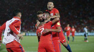 El goleador. Alexis Sánchez recibe el abrazo de sus compañeros tras el segundo gol.